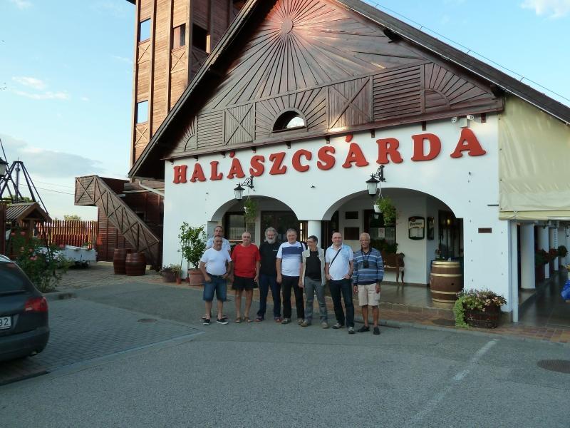 B4 Pose devant notre hôtel à Szedgen