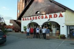 4 Pose devant notre hôtel à Szedgen