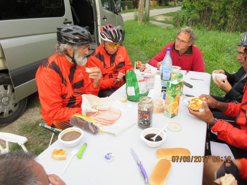 L03 Petit déjeuner après une heure de route