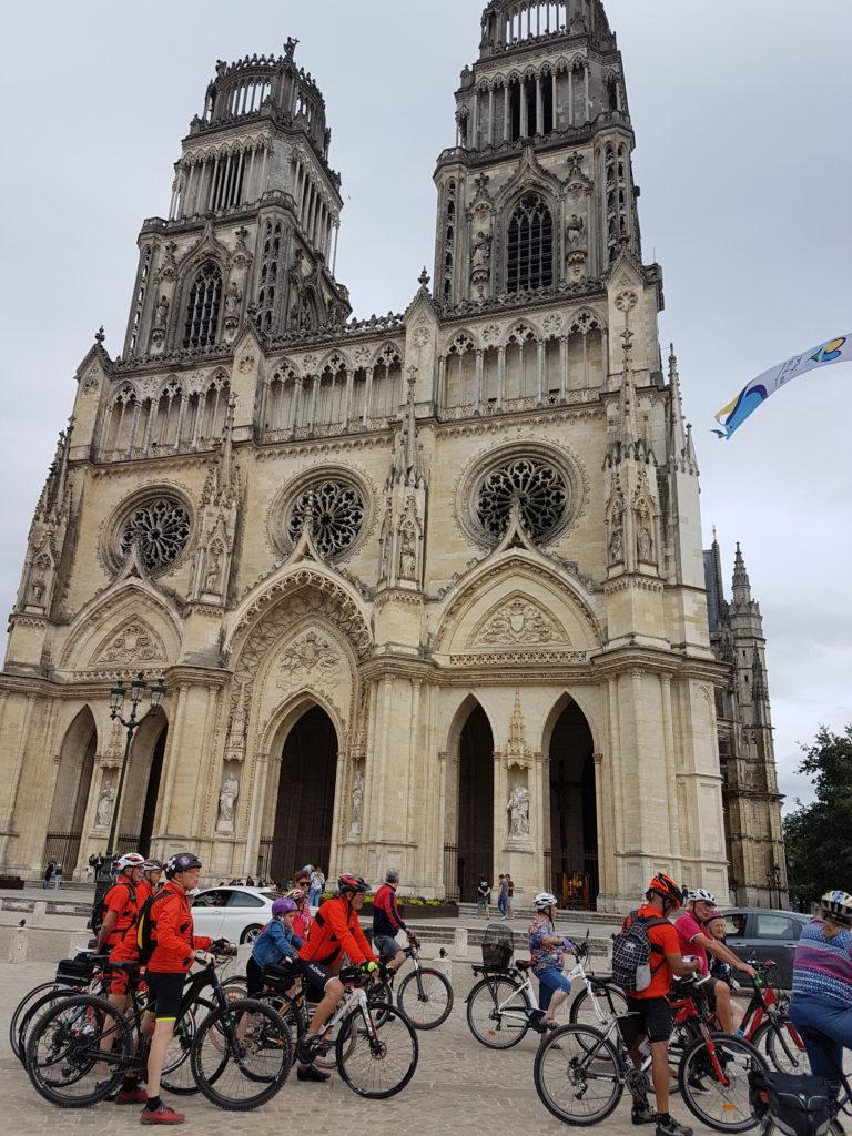 Devant les tours de la Cathédrale Sainte Croix