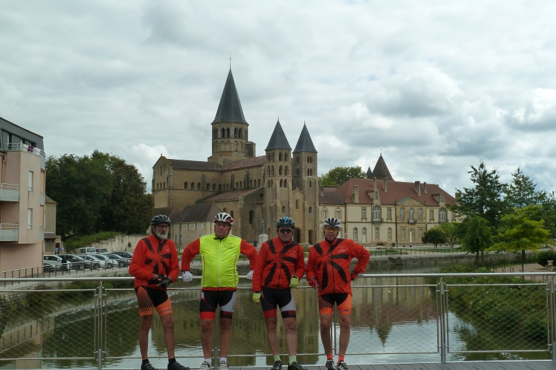 X3 Pose devant l'église de Paray le Monial