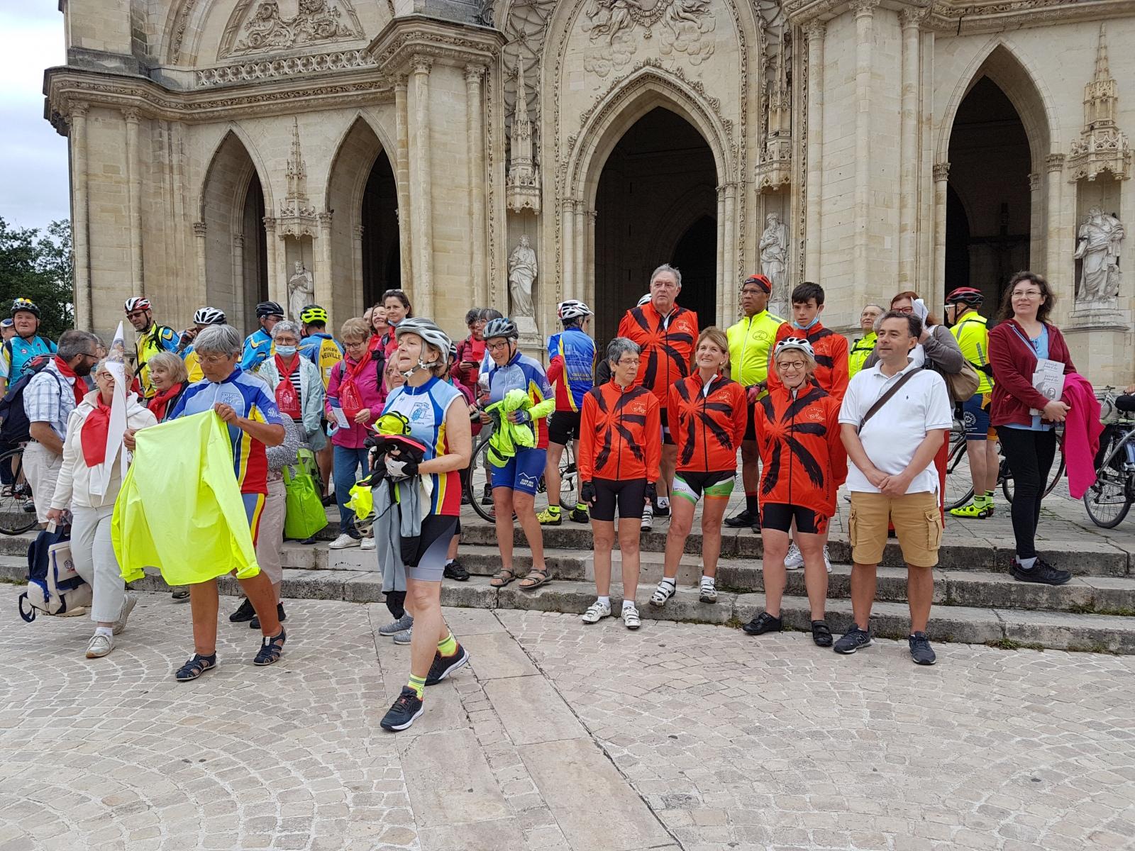 20210703_091007-Pietons-et-cyclos-prets-a-rejoindre-leurs-groupes