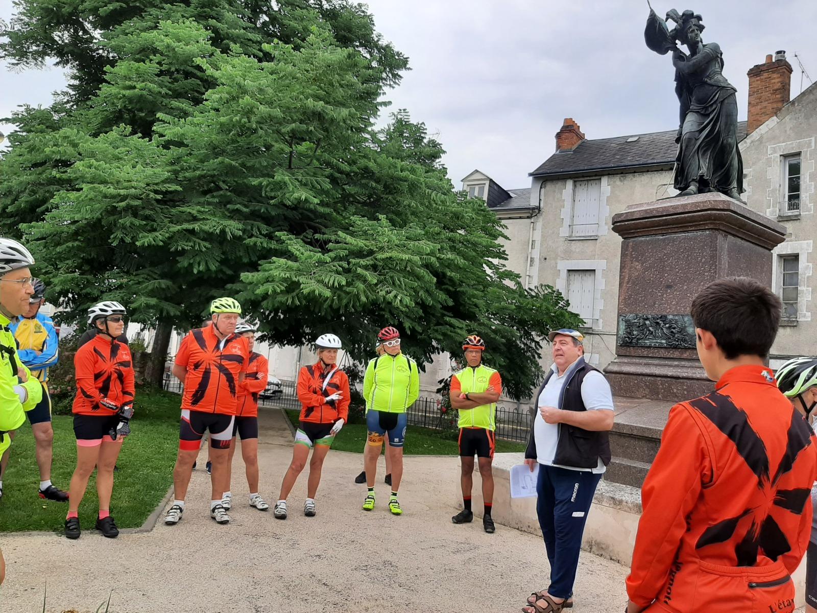 20210703_092902-Autour-de-la-statue-de-Jeanne-dArc-rue-des-tourelles